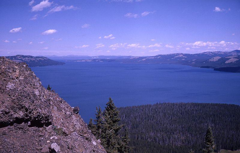 800px-YellowstoneLakeFromTwoOceanPlateau-Johnsson1963
