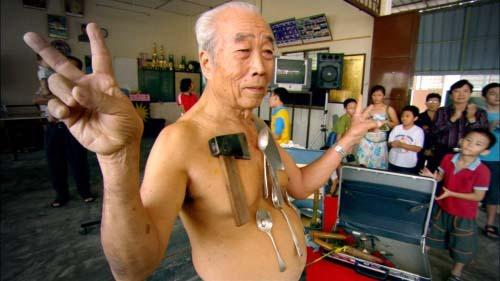 """In Kuala Lumpur lebt Liew Thow Lin, der Magnet-Mann. Der als """"Mr. Magnet"""" bekannte 77-Jährige tritt regelmäßig mit seinen ungewöhnlichen Fähigkeiten auf."""