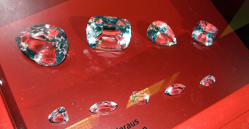 800px-Cullinan_Diamond_and_some_of_its_cuts_-_copy